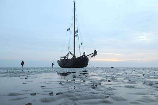 Barco encallado en Islas Wadden